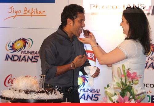 Cake Images With Name Sachin : Pics: Sachin and Anjali Tendulkar cuts cake on Sachin s ...